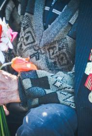 Ветеран войны показал памятный подарок от Путина