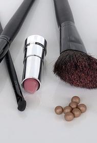Стало известно, что летом желательно пользоваться декоративной косметикой