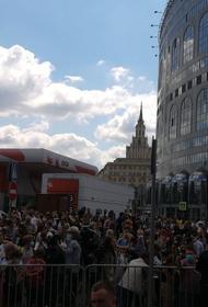 В Москве толпа собралась у здания суда в ожидании приговора режиссеру Кириллу Серебренникову