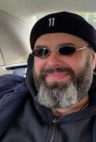 Похудевший Максим Фадеев показал фото себя в одной штанине старых шорт