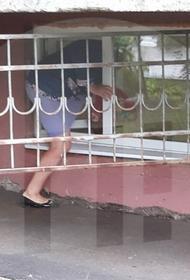 В Саратовской ЦРБ пациентам предложили заходить в поликлинику через окно