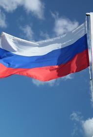 «Какой-то персонаж» поджег флаг РФ у посольства в Киеве