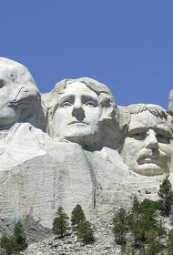 Протестующие настаивают на сносе памятника отцам-основателям США на горе Рашмор