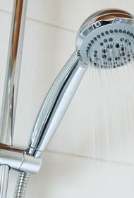 Кому и почему нельзя мыться холодной водой, рассказала дерматолог