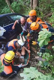 Иномарка сорвалась в обрыв с трассы Джубга-Сочи