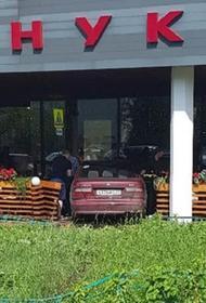 Видео, как в Москве автомобиль въехал в веранду ресторана