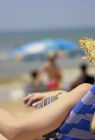 В испанском городе туристы стоят в очереди, чтобы отдохнуть на пляже