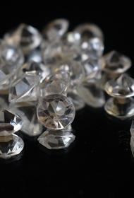 В Индии начали изготавливать защитные маски, украшенные бриллиантами