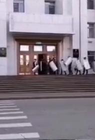 Вторая волна митингов в Хабаровске. Сегодня протестующие настроены более агрессивно, а в администрацию стягивается ОМОН
