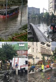 Трамвай утонул в потоках дождевой воды в центре Краснодара