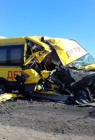 Микроавтобус с выпускниками врезался в грузовик в Астраханской области, пострадала девушка