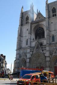 Внутри сожженного собора был слышен взрыв