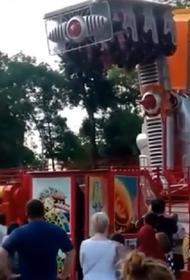 Видео, как люди почти 10 минут висели вниз головой на аттракционе в Нальчике
