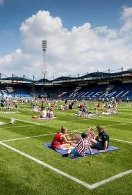 На футбольном поле устроили пикник
