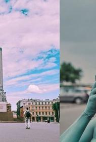 Латвийский блогер предстала в образе памятника Свободы