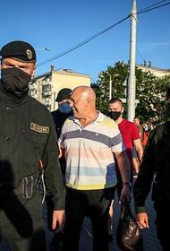 В Минске начались задержания.  Одного из активистов ОМОН посадил в автозак и увез