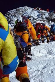 Эверест уже засыпан трупами, а восходителей все больше и больше