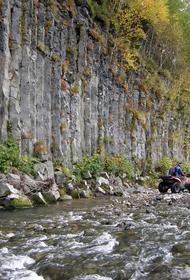 В Абхазии идут поиски туристки из Питера, которая упала с квадроцикла в горную реку