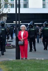 В Беларуси действующие силовики и бывшие сотрудники ОМОН  выбрасывают форму в знак протеста против насилия в стране