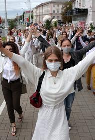 В Минске несколько сотен девушек выстроились в цепь. На акцию против жестоких избиений мирных граждан они принесли цветы