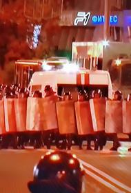 В центре Минска силовики опустили щиты в знак солидарности с участниками протестов