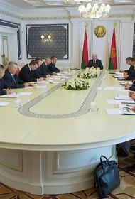 «Я пока живой», в Беларуси все больше людей выходят на улицы, а Лукашенко с министрами обсуждает работу строительной отрасли