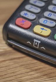 Аналитик оценил идею пополнения банковских карт на кассах магазинов
