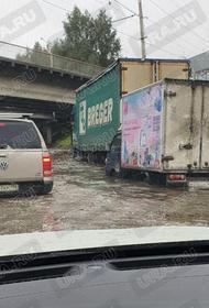 В Екатеринбурге затоплен участок дороги на улице Шефская под Блюхеровским мостом