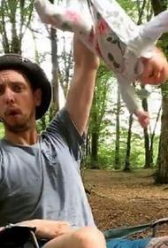 Полиция нашла мужчину, который размахивал младенцем, держа его за ножку
