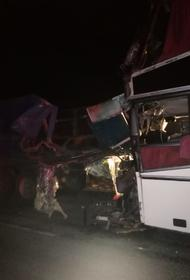 В Калмыкии столкнулись междугородний автобус и КамАЗ