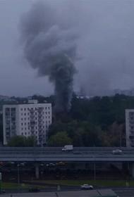 В жилом доме на улице Кубинка в Москве прогремел взрыв,и начался пожар