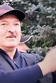 Лукашенко попросил не критиковать его за автомат