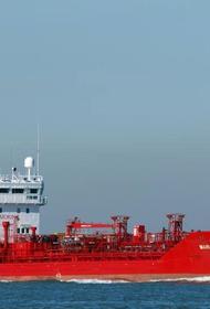 Торговое судно протаранило британский военный корабль