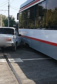 Трехсекционный трамвай попал в аварию в Краснодаре