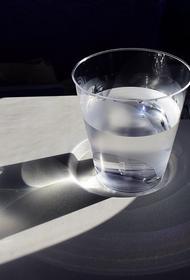 Диетолог заявила о возможной опасности для здоровья воды в пластиковых бутылках