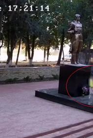 На Кубани дети жгли цветы в Вечном огне у мемориала павшим воинам
