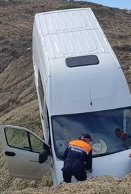 В Крыму пассажирский микроавтобус упал с обрыва