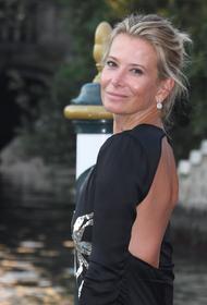 Юлия Высоцкая появилась на Венецианском кинофестивале в облегающем платье с открытой спиной