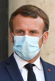 Макрон во время выступления снял защитную маску, чтобы прокашляться