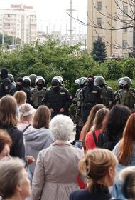 В район дворца Независимости в Минске прибыли колонна спецтехники и грузовик внутренних войск