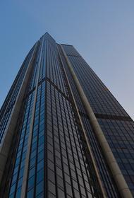 Полиция Парижа задержала мужчину, взбиравшегося по фасаду на небоскреб Монпарнас без страховочного снаряжения