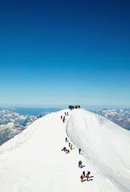 Спасатели МЧС ищут трех туристов, потерявшихся на горе Эльбрус