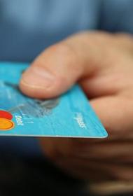 Аналитик Михаил Коган посоветовал пенсионерам не хранить пенсии на банковской карте и объяснил почему