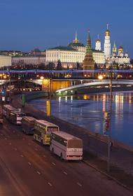 В столице водитель на автомобиле каршеринга вылетел в водоотводный канал Москвы-реки