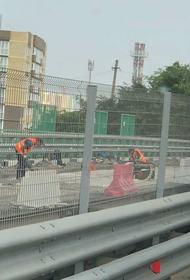 В Краснодарской пробке из-за ремонта дороги застряли рабочие, его проводящие