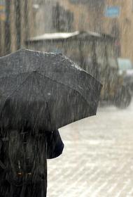 На Керчь обрушился сильный ливень, улицы центра затопило