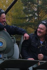 Ветераны-мотострелки в канун Дня Сухопутных войск прокатились на современных БТР-82А и провели учебный бой под Екатеринбургом