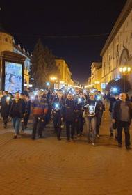 В Нижнем Новгороде прошло стихийное шествие памяти журналистки Ирины Славиной, которая вчера подожгла себя у здания МВД