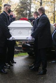 На кладбище образовалась очередь из желающих проститься с Максимом Марцинкевичем (Тесаком)