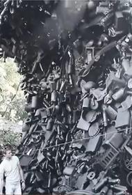 Кубанский художник создал волну из мусора, собранного на Черноморском побережье